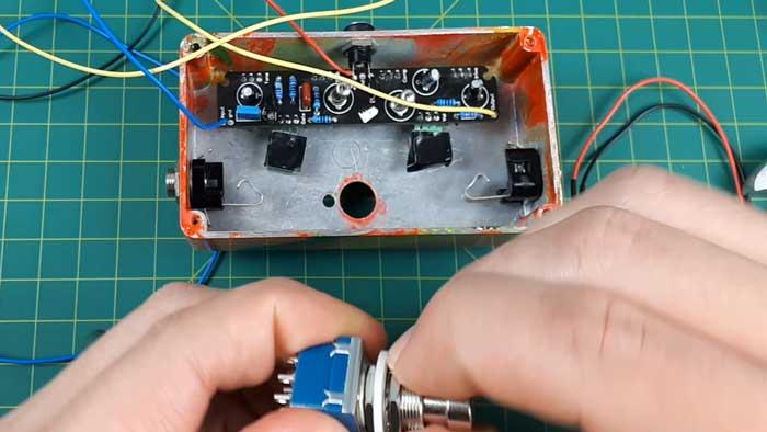 Mounting guitar pedal circuit
